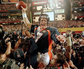 ELWAY CELEBRATES BY SCOREBOARD AFTER BRONCOS VICTORY