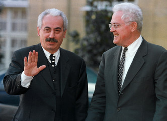 French Prime Minister Lionel Jospin (R) welcomes Romania's Prime Minister Radu Vasile (L) at the Hot..