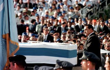 President Mubarak of Egypt eulogizes Prime Minister Yitzhak Rabin over the coffin of the slain Israe..