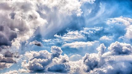 Wolken am blauen Himmel starker kontrast