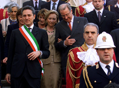 Belgium's King Albert II (R), Queen Paola and Rome's major Francesco Rutelli (R) go down the stairs ..