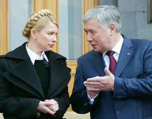Tymoshenko speaks to Yekhanurov in central Kiev after their meeting with President Viktor Yushchenko