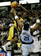 PACERS ARTEST FOULS MAVERICKS FORTSON DURING FIRST HALF NBA ACTION IN DALLAS.