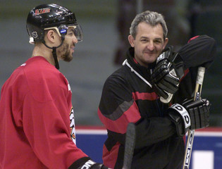 CALGARY FLAMES HEAD COACH SUTTER CHATS WITH IGINLA DURING PRACTICE.
