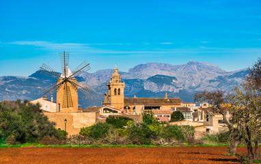 Spanien Mallorca Algaida Dorf Landschaft Ansicht mit Windmühle und Kirche Fotomurales