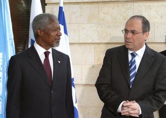 Israeli FM Silvan Shalom and the U.N. Secretary-General Kofi Annan attend a news conference in Jerusalem.