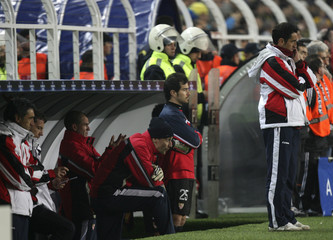 Sevilla's coach Jimenez and players react during Champions League match against Fenerbahce in Istanbul