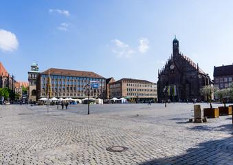 Hauptmarkt von Nürnberg mit Frauenkirche und schönen Brunnen