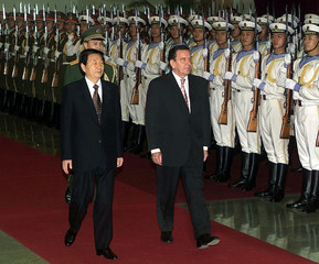 GERMAN CHANCELLOR GERHARD SCHROEDER AND CHINESE PREMIER ZHU RONGJIREVIEW HONOUR GUARD IN BEIJING.