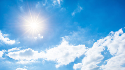Sommer Hintergrund, blauer Himmel mit Wolken und Sonne