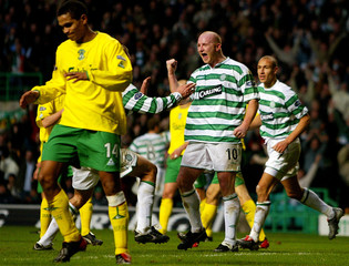 CELTIC'S HARTSON CELEBRATES SCORING AGAINST HIBERNIAN DURING THEIR SCOTTISH PREMIER LEAGUE MATCH IN GLASGOW.