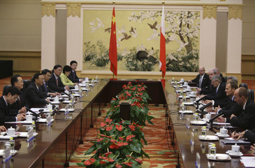 Poland's Prime Minister Donald Tusk leads his delegation with Chinese Premier Wen Jiabao during talks held at the Great Hall of the People in Beijing