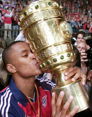 MUNICH'S SERGIO KISSES THE CUP AFTER THE GERMAN SOCCER CUP FINAL IN BERLIN.