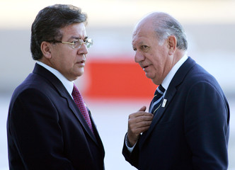 Chile's President Lagos and Paraguay's President Duarte Frutos talk at fourth Americas Summit in Mar del Plata
