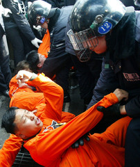 SOUTH KOREAN POLICE OFFICERS ARREST ENVIRONMENTAL PROTESTERS IN SEOUL.
