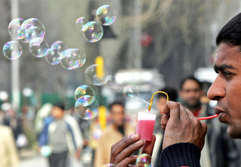 Indian vendor makes soap bubbles from improvised pipe in Srinagar