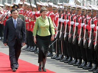Thailand's PM Shinawatra and New Zealand's PM Clark inspect the guard-of-honour at the Government ...