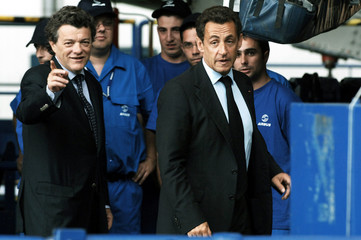 Sarkozy and Borloo visit the A330-A340 assembly line in Toulouse