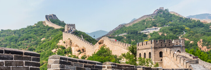 Photo sur Plexiglas Muraille de Chine Banner panorama crop of nature landscape of Great wall of china, top tourist attraction worldwide. Background for text advertising. Asia travel destination in Beijing.