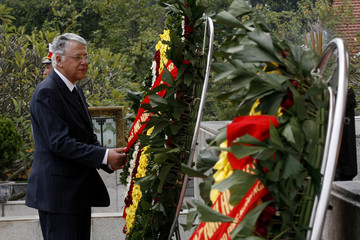 Morocco's PM El Fassi adjusts a wreath at the War Martyrs Monument in Hanoi
