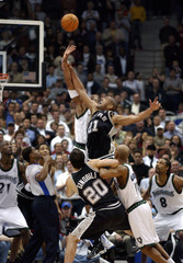 SPURS DUNCAN AND TIMBERWOLVES JOHNSON JUMP FOR THE BALL IN MINNEAPOLIS.
