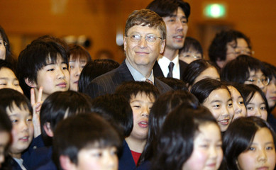 MICROSOFT CORP CHAIRMAN BILL GATES ATTENDS A PHOTO SESSION WITHJAPANESE STUDENTS IN TOKYO.