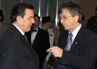 LUXEMBOURG PRIME MINISTER JUNCKER WITH GERMAN CHANCELLOR SCHROEDER AT THE START OF A EU SUMMIT ...