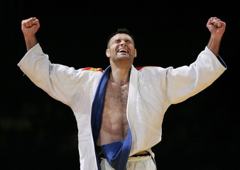 Spain's David Alarza celebrates his victory over [Italy's Roberto Meloni (not shown]) during the Eur..