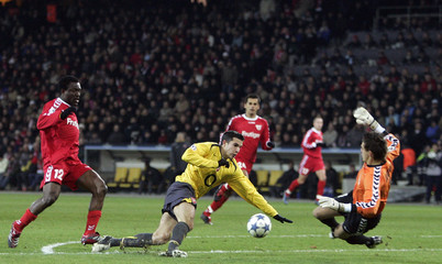 Thun's Deumi fouls Arsenal's Van Persie during their Champions League soccer match in Berne