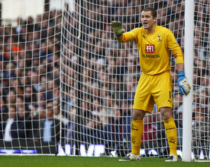Tottenham Hotspur goalkeeper Paul Robinson gestures during their English Premier League soccer match against West Ham United in London