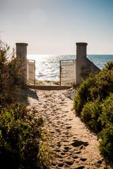 Le portail donnant sur la plage d'Orbetello en Toscane
