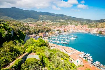 Vue sur le port et le village de Porto Ercole en Toscane
