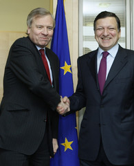 NATO Secretary General de Hoop Scheffer shakes hands with EU Commission President Barroso in Brussels