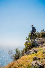 Jeune homme sur la presqu'ile du Mont Argentario en Toscane