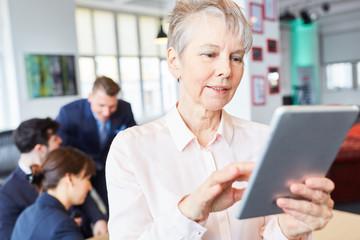 Geschäftsfrau recherchiert mit dem Tablet
