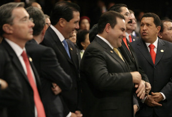 Venezuela's President Chavez and Colombia's President Uribe attend the inauguration of Guatemalan President Colom in Guatemala City