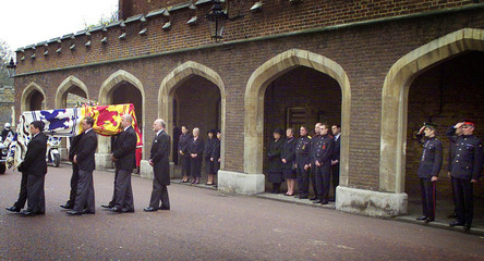 PALL BEARERS CARRY THE COFFIN OF BRITAIN'S QUEEN MOTHER INTO THEQUEEN'S CHAPEL AT ST JAMES'S PALACE IN ...