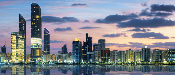 Photo sur Plexiglas Abou Dabi View of Abu Dhabi Skyline at sunset