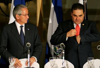 Honduran President Maduro looks at El Salvador President Tony Saca before news conference in Honduras.