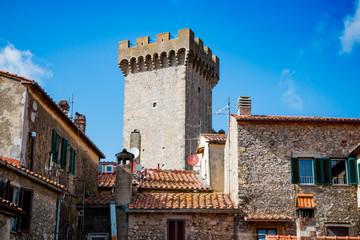 Le château du village de Capalbio en Toscane