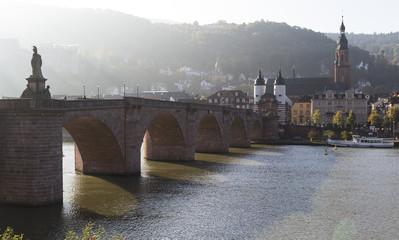 Das Foto zeigt die Carl-Theodor Brücke in Heidelberg im morgendlichem Dunst