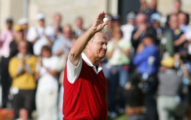 Jack Nicklaus of US acknowledges applause from crowds he putts a birdie on 18th fairway during second ...