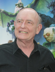 """CAST MEMBER PETER BOYLE POSES AT PREMIERE OF """"SCOOBY-DOO 2""""."""