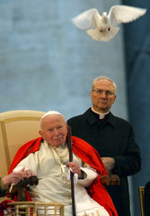 DOVES FLIES ABOVE POPE JOHN PAUL II DURING HIS MEETING WITH YOUNGPEOPLE AT THE VATICAN.