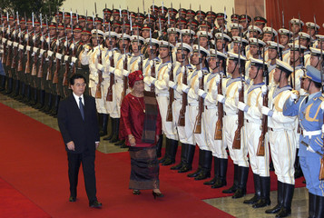 Liberia's President Ellen Johnson-Sirleaf and China's President Hu Jintao review an honour guard in Beijing