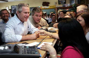 US President George W. Bush and Florida Governor Jeb Bush stop at a restaurant while campaigning.