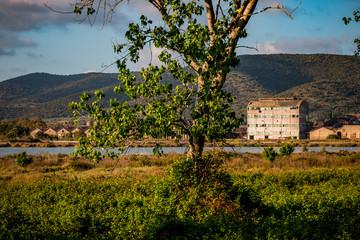 Vue sur l'usine abandonnée d'Orbetello en Toscane