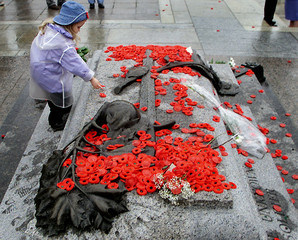 GIRL LAYS POPPY ON TOMB OF UNKNOWN SOLDIER IN OTTAWA.