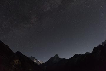 Sternenhimmel über der Ama Dablam in Nepal - zu sehen ist links außerdem der Lhotse