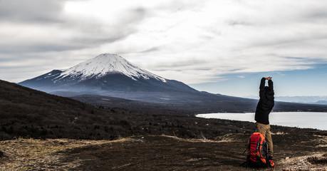 登山をする男性、ストレッチ、リラックス